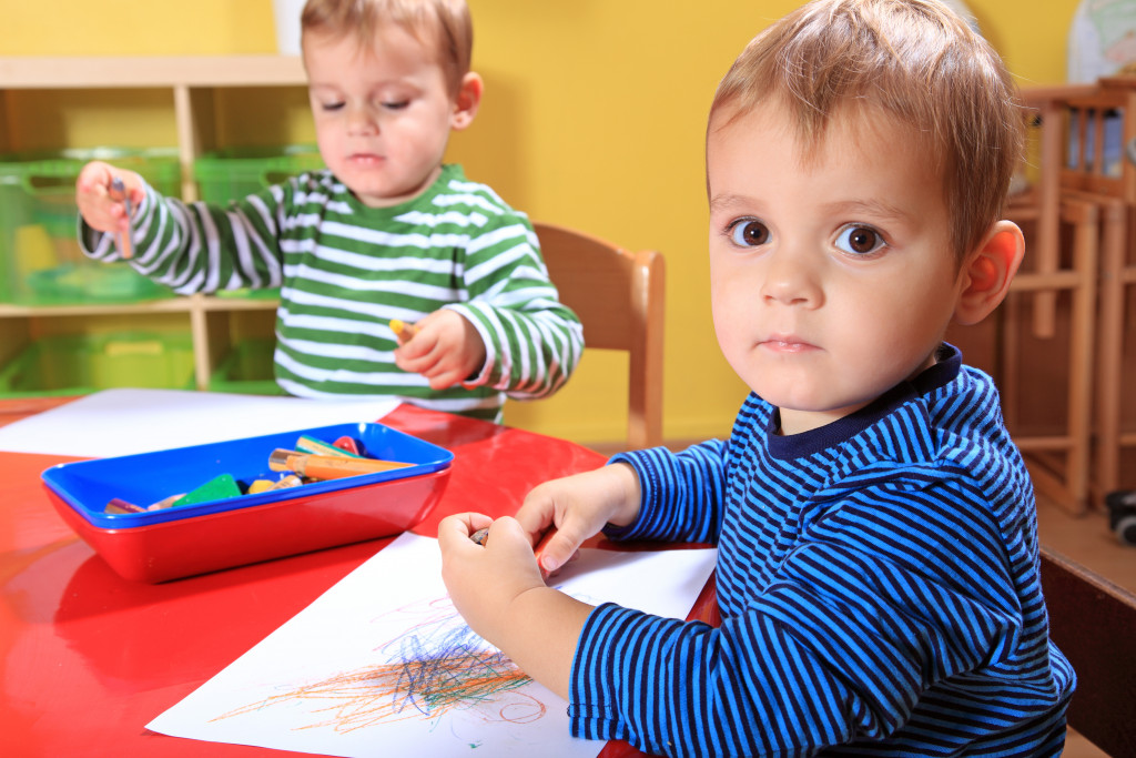 kids coloring papers together